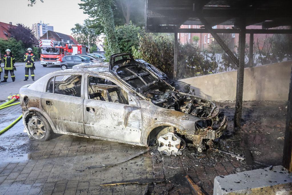 carport in flammen zwei autos zerst rt. Black Bedroom Furniture Sets. Home Design Ideas