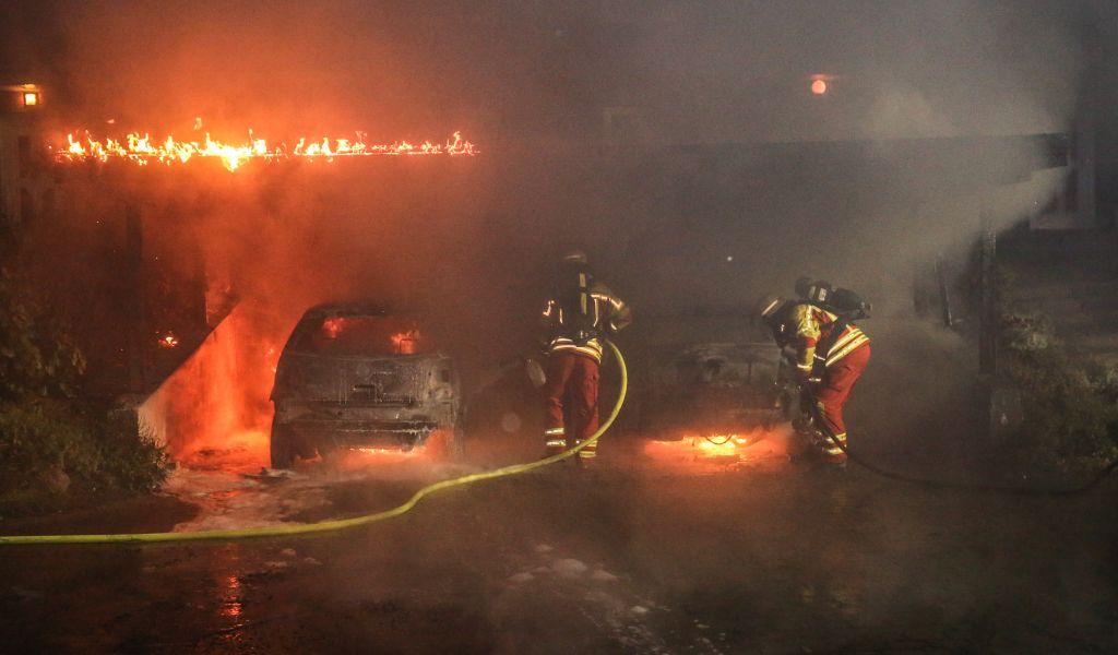 Carport in flammen zwei autos zerst rt for Carport flensburg